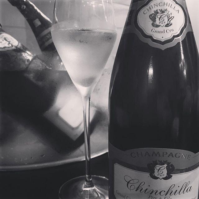 ici 8月のスペシャルシャンパーニュ フリーフロー 始まります!8月1日より、ici 夏のスペシャル・オファー「Chinchilla Blanc de Blancs Grand Cru」  シャンシーラ ブラン・ド・ブラン  グラン・クリュ乾杯より90分  お一人様 4,800円 (税・サ別)にて  お好きなだけお飲み頂けますグランクリュ 「オジェ」のブドウ100%使用し、オジェのキャラクターを余すことなく体現したブラン・ド・ブラン。細かい酸と豊かなミネラルが骨格を与え、優しい果実を備えた大らかでエレガントな味わい…  是非、iciの夏メニューと一緒に  お楽しみ下さい!#restaurant #ebisu #ici #フリーフロー#champagne #恵比寿#フレンチ